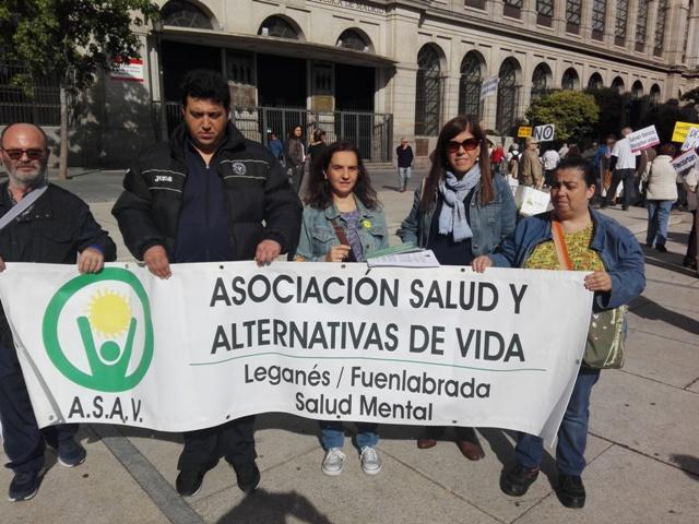 La Gerente de UMASAM, Adriana Sanclemente, al lado de Ana Lancho, Vicepresidenta de la Asociación La Barandilla, detrás de la pancarta que como todos los años llevan a esta marcha los socios de la Asociación ASAV de Leganés y Fuenlabrada.