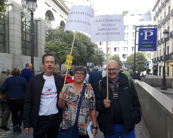 Miembros de UMASAM apoyando la concentración. José Manuel Dolader, de la Asociación TÚ DECIDES, May González de AFAEM 5 y Pedro Reina de AFAEP durante la marcha.